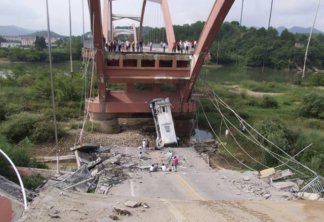 Jembatan Roboh, 1 Orang Tewas