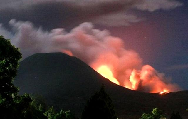 Gunung Lokon Meletus