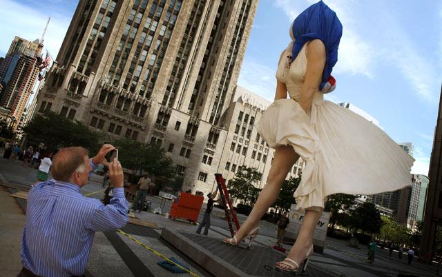 Patung Marilyn Monroe Hiasi Jalan