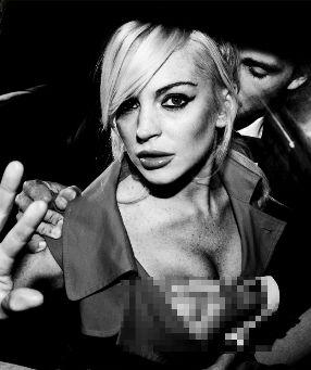 Berfoto Cabul, Lindsay Lohan Rela Payudaranya Diremas