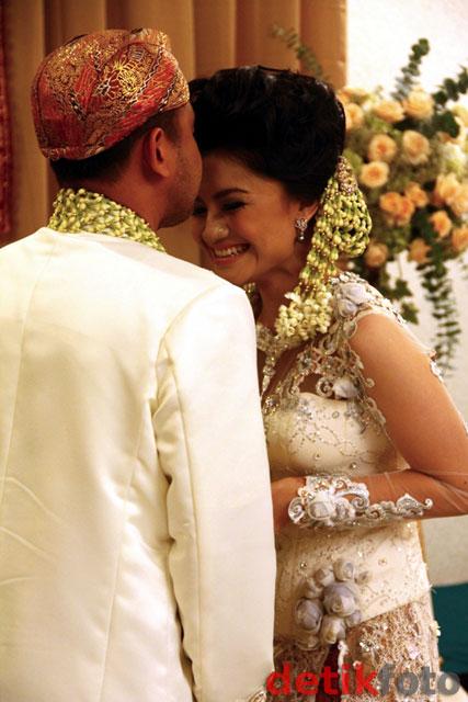 Kemesraan di Pernikahan Tina Talisa