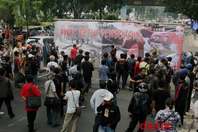 Dalam spanduk tersebut bertuliskan 'Lawan Rezim Pembohong'.