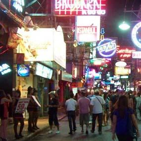 Malam Penuh Godaan di Walking Street Pattaya