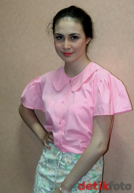 images of Arumi Terlihat Cantik Mengenakan Baju Pink Dan Rok Motif Bun