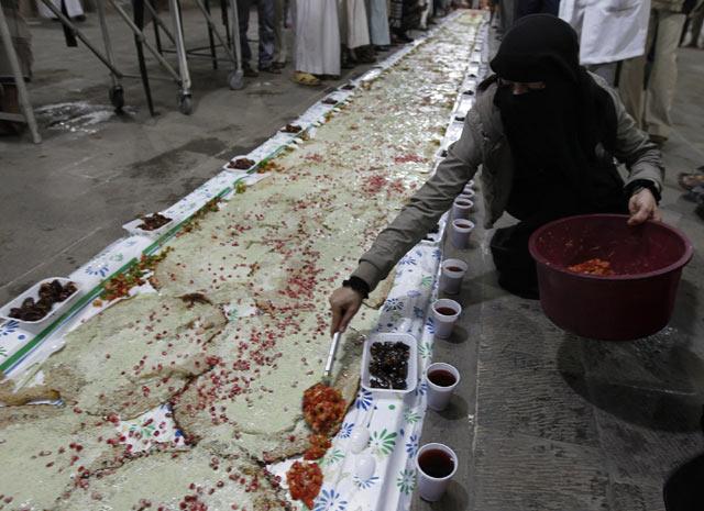Seorang wanita menyiapkan menu untuk mereka. Reuters/Jumana El Heloueh ...