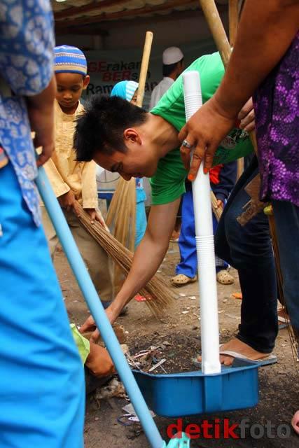 Baim Wong Bersih-bersih Mushola