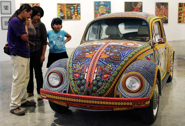VW Kodok dari Manik dan Kain Tradisional