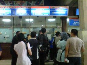 Calon Penumpang Serbu Tiket Tambahan Kereta di Stasiun Jatinegara