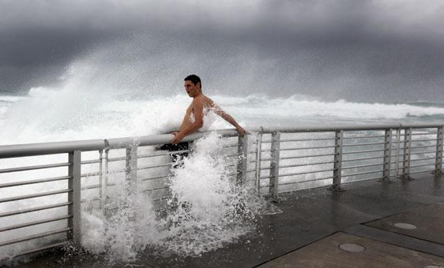 Surfing di Tengah Badai