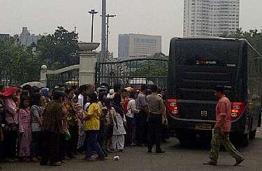 Foto Peserta Acara Open House SBY Di Istana Negara Lebaran 1 Syawal  Mulai Memasuki Istana Diiringi Lagu Religi 2011