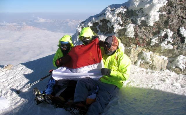 Perempuan Petualang Daki Gunung 5 Benua