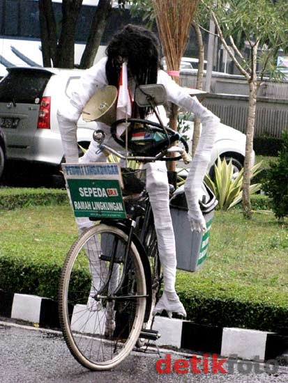 Puluhan Bebegig Sawah Diarak Keliling Bandung
