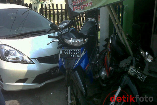 Honda Jazz Tabrak Motor & Warteg
