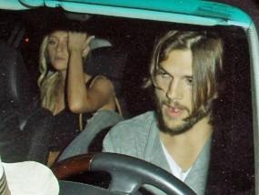 Perselingkuhan Ashton Kutcher: 4 Cewek Bugil, Minuman Keras & Hot Tub