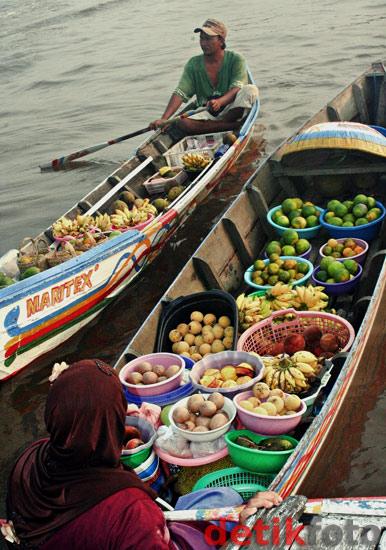 Menyusuri Pasar Terapung Banjarmasin