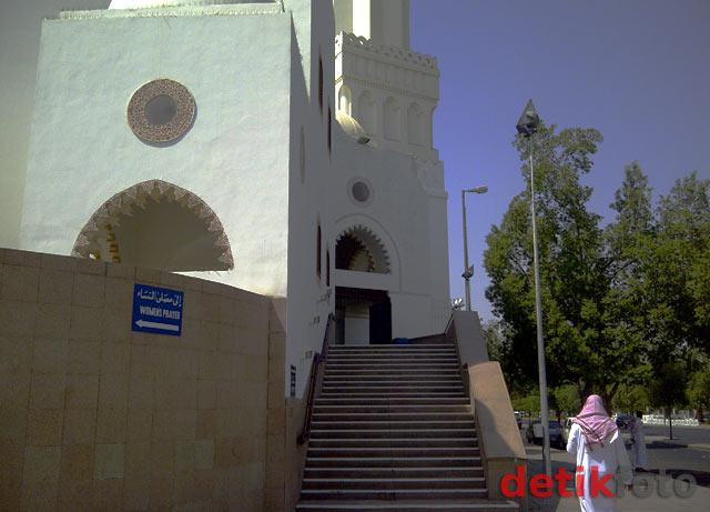 Berkunjung ke Masjid Dua Kiblat