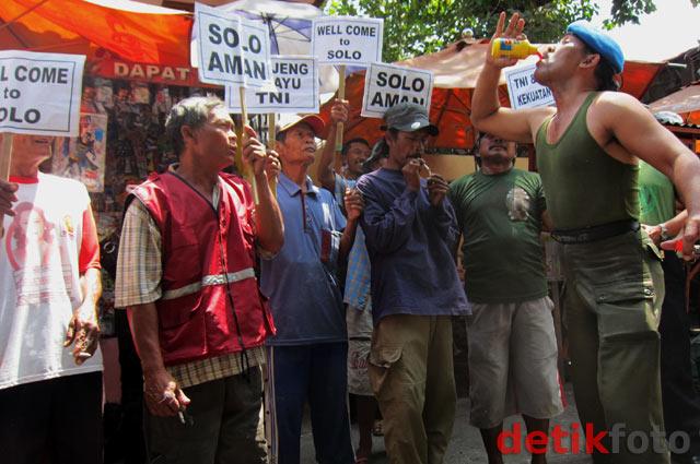 Anggota TNI AD Mandi Air Cabe