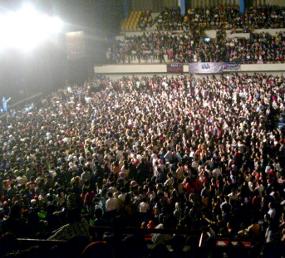 Penonton Desak-desakan, Westlife Hentikan Konser Setengah Jam