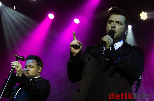 Aksi Westlife di Konser Gravity Tour 2011