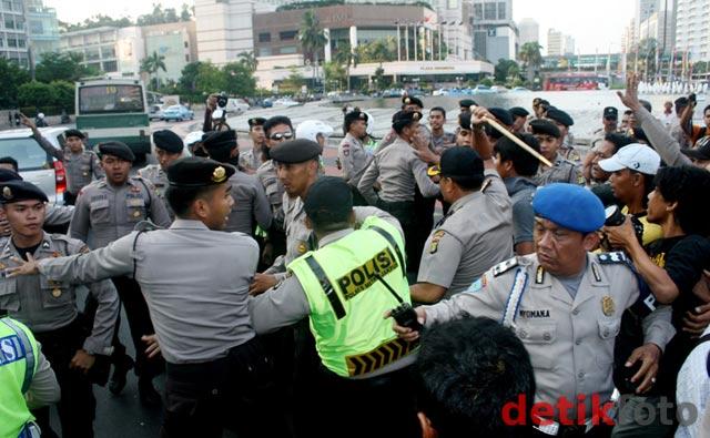 Bukk ! Oknum Polisi Jotos Wartawan