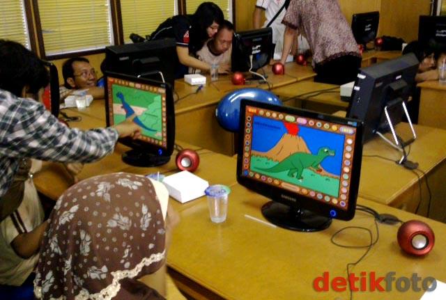 Puluhan Siswa SLB Dilatih Komputer