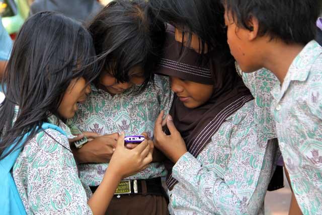 Ponsel Tak Lagi Monopoli Orang Dewasa