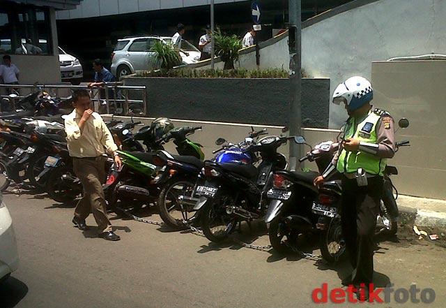 Parkir Liar, Ratusan Sepeda Motor Digembok