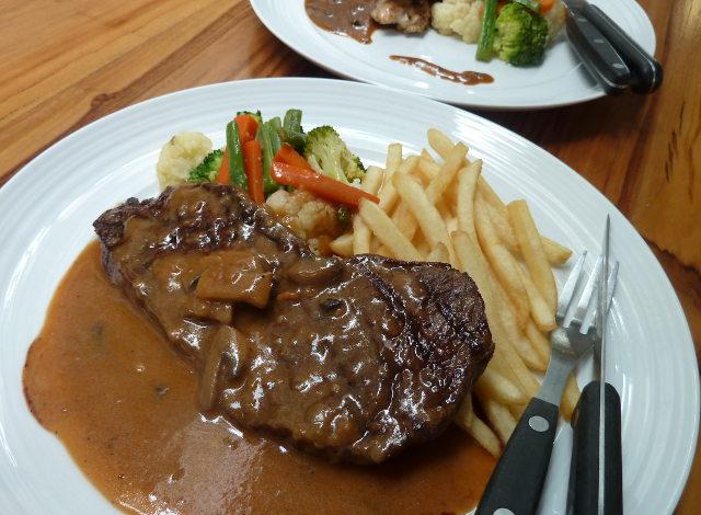 Tempat Makan Plus Belanja Daging Asyik!