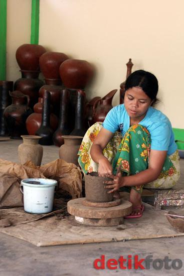 Perajin membuat gerabah dan tembikar. Selain desa Banyumulek, desa