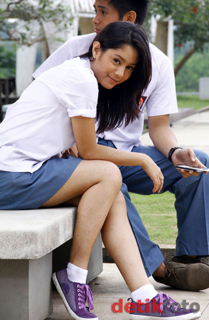 Mengenankan pakaian seragam SMA, Saphira terlihat sangat manis.