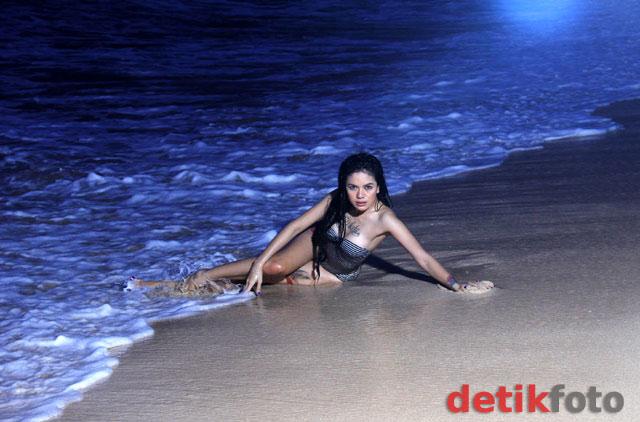 Foto Hot Seksi Nikita Mirzani Basah-basahan di Pantai