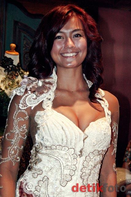 Agnes Monica Seksi Berkebaya