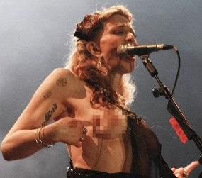 Wow, Courtney Love Topless Saat Konser