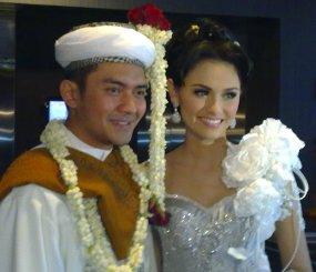 Foto Pernikahan Zeezee Shahab dengan Prabu Revolusi