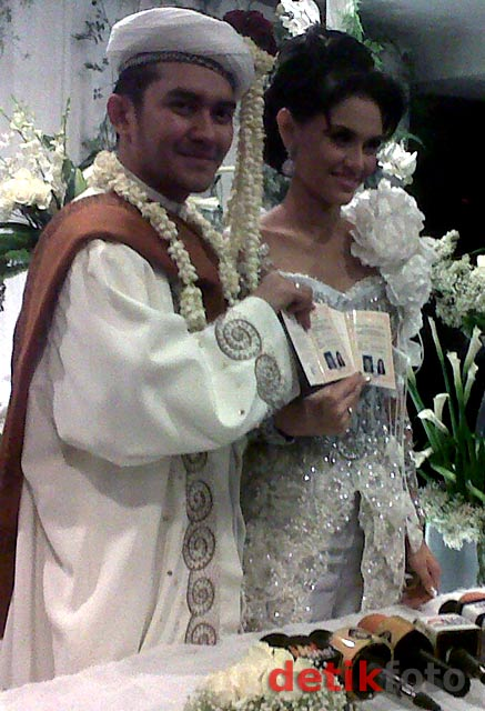 Foto Pernikahan Prabu Revolusi & Zee Zee Terbaru 2011