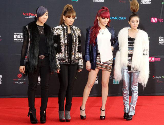 Gaya 2NE1 di MAMA 2011