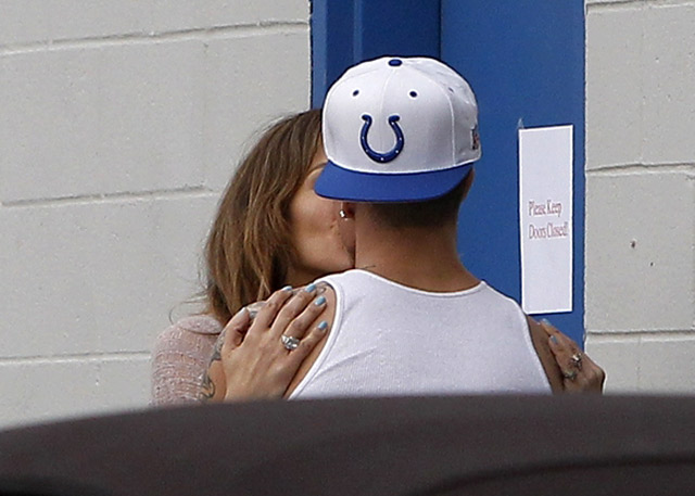 Foto Hot J-Lo pelukan dan Cium Bibir Pacar Kekasih Baru