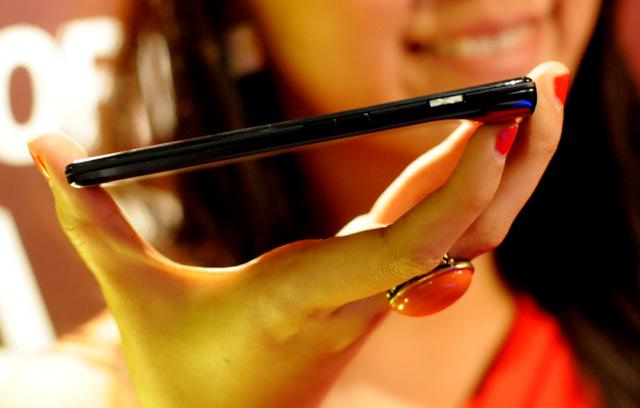 Motorola Luncurkan Ponsel Cerdas RAZR