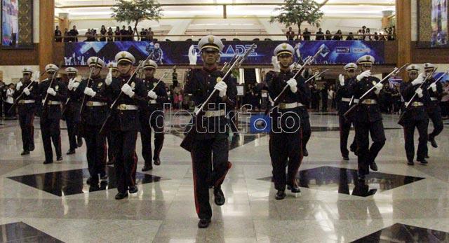 Atraksi Kolone Senapan di Ultah Trans Corp
