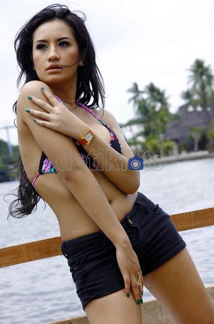 Inilah Pose-Pose Seksi Shinta Bachir Untuk film Pulau Hantu 3