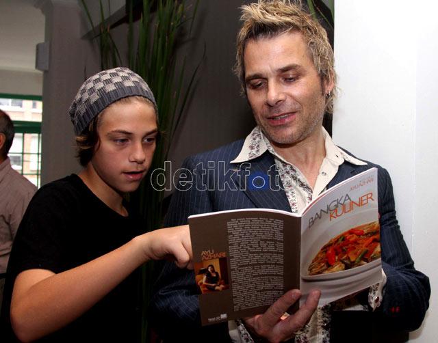 Ayu Azhari Rilis Buku Masakan