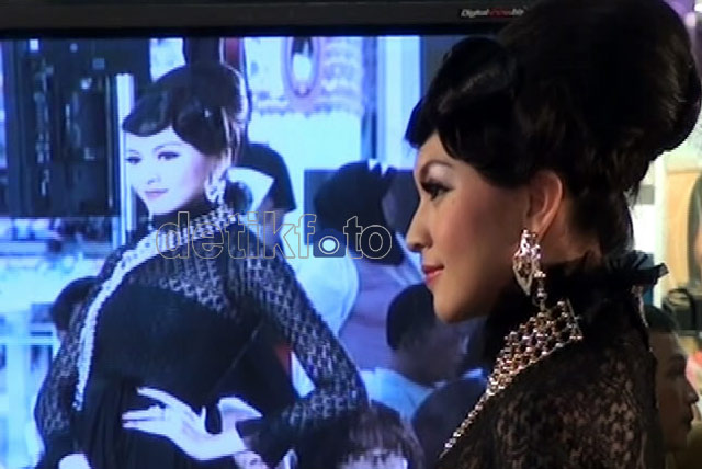 Donita Jadi Model Perhiasan