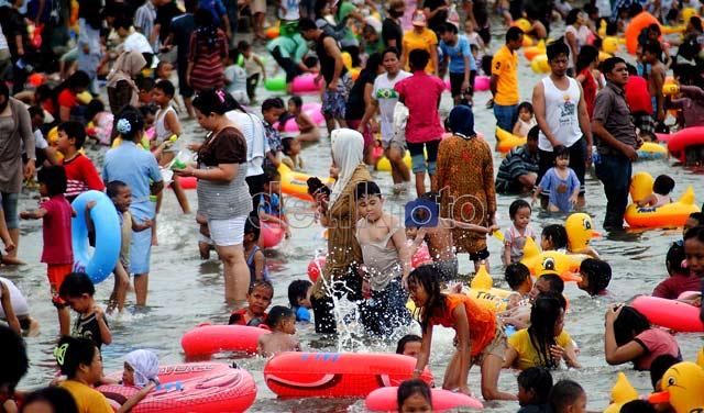 Byurr...Warga Jakarta Basah-basahan di Ancol