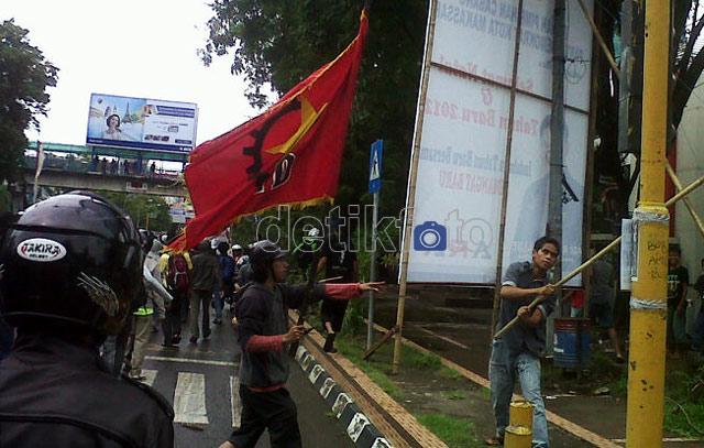 Protes Kasus Bima, Demonstran Rusak Pos Polisi