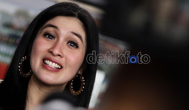 Si Jomblo Cantik Sandra Dewi