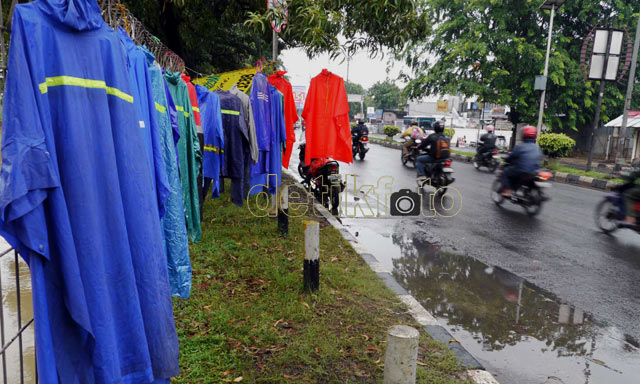 Hujan Datang, Pedagang Jas Hujan Senang