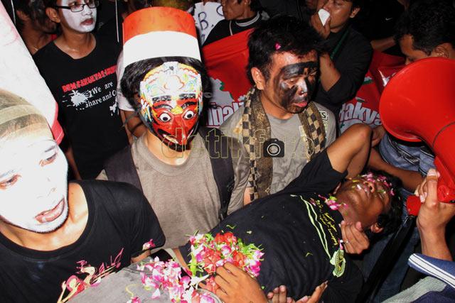 Aksi Protes Pemberangkatan Polisi ke Bima