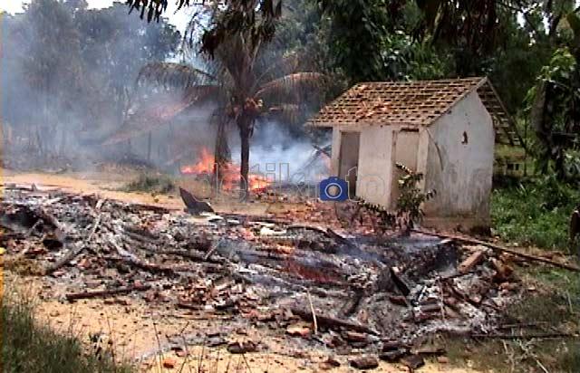 Pondok Syiah di Sampang Dibakar Massa