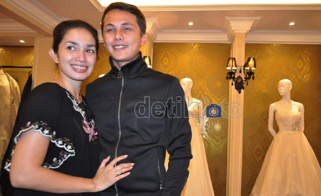 Ussy Sulistiawaty Fitting Baju Pengantin
