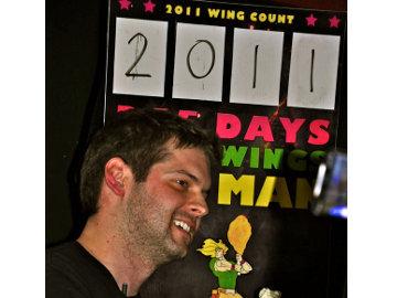 Pria Ini Makan 2011 Chicken Wings Selama Tahun 2011!